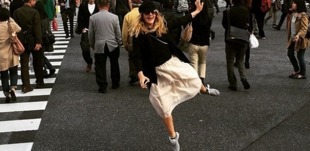 Drew Barrymore dança no meio da rua em viagem a Tóquio