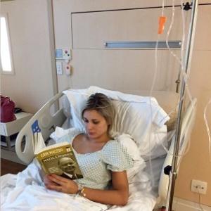 28fev2015---apos-ser-internada-novamente-com-dores-andressa-urach-publica-foto-em-hospital-na-qual-aparece-lendo-livro-de-edir-macedo-1425169467857_300x300