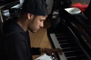 """Neymar toca no piano tema de filme da saga """"Crepúsculo"""""""