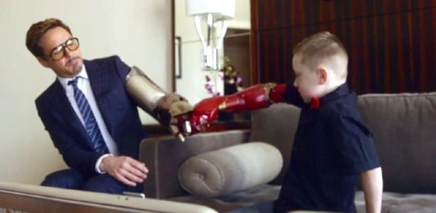 Robert Downey Jr. dá prótese de braço com design do Homem de Ferro a garoto