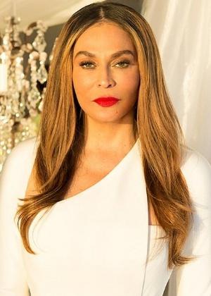 """Aos 61 anos, mãe de cantora Beyoncé diz """"sim"""" a ator em cerimônia íntima"""
