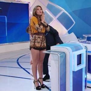 Silvio Santos analisa pernas de Lívia Andrade à procura de celulites