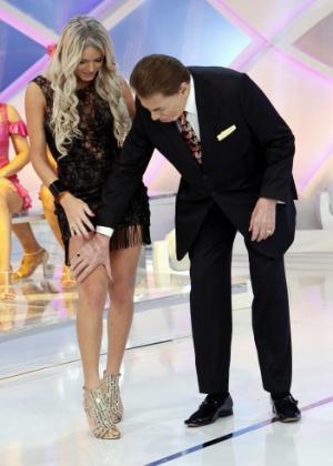 """""""Sempre tive vontade de sair com homem"""", brinca Silvio Santos com transex"""