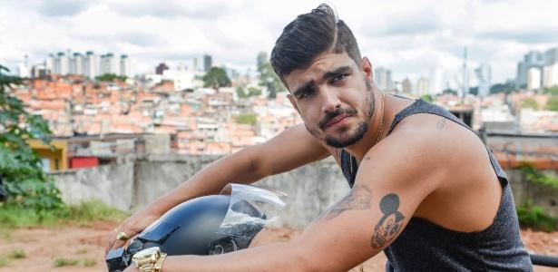 Antes de ser vilão em novela, Caio Castro fez contato com chefes do tráfico