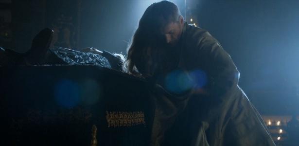"""Ator de """"Game of Thrones"""" diz que cena não era para """"trivializar o estupro"""""""