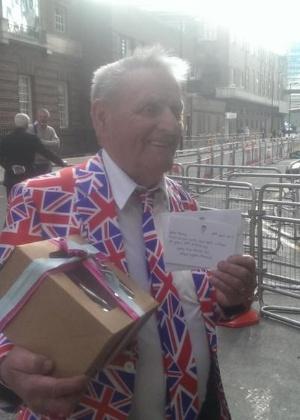 Fã acampado em hospital completa 80 anos e ganha bolo e cartão da realeza