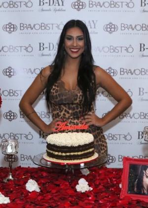 Ex-BBB Amanda se inspira em Kim Kardashian para comemorar seus 29 anos