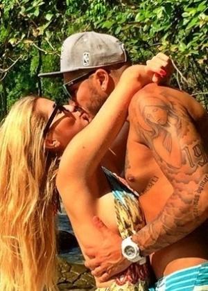 Ex-BBB Fernando anuncia que reatou com Aline com foto de beijo