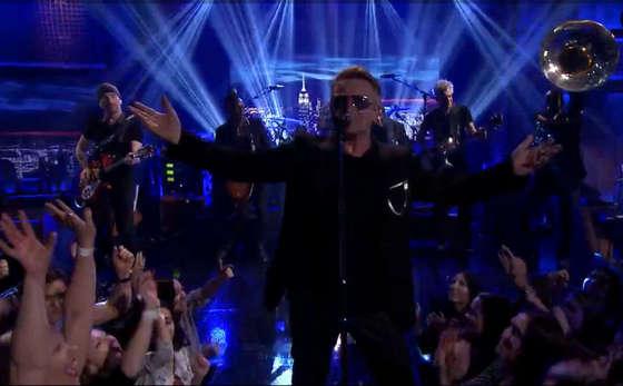 """9909b8b34 Veja o U2 tocando """"Angel Of Harlem"""" com o The Roots no programa de Jimmy  Fallon"""