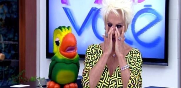 Ana Maria ganha homenagem de Dia das Mães, abraça Louro José e chora
