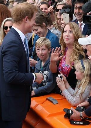 Príncipe Harry reencontra professora que o consolou pela morte de Diana