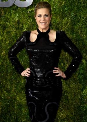 Rita Wilson faz primeira aparição em tapete vermelho após retirar as mamas