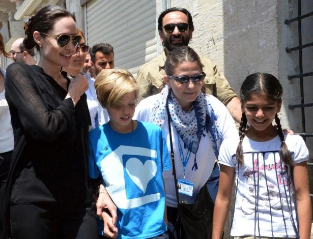 Angelina Jolie leva a filha Shiloh para visitas a campos de refugiados