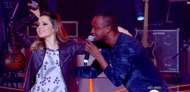 """Com Junior na plateia, Sandy faz dueto ao lado de Thiaguinho no """"SuperStar"""""""
