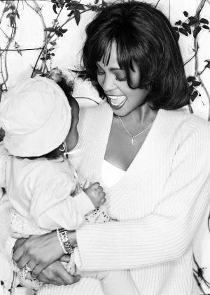 Filha de Whitney Houston é homenageada com foto em rede social da cantora