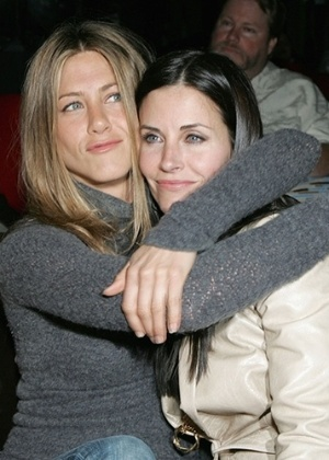 "Monica de ""Friends"", Courteney Cox foi dama do casamento de Aniston"