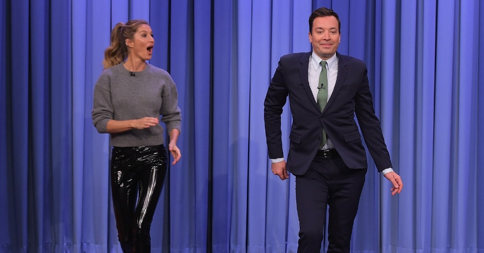 gisele-bundchen-ensina-o-apresentador-jimmy-fallon-a-desfilar-no-programa-the-tonight-show-1461854221781_956x500