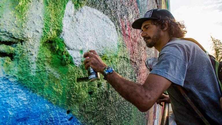 Grafiteiro Kobra trabalha no maior grafite do mundo: painel fica na Orla Conde, Zona Portuária