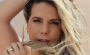 Aos 41 anos, Carla Perez ostenta corpão de biquíni em passeio de barco na Bahia