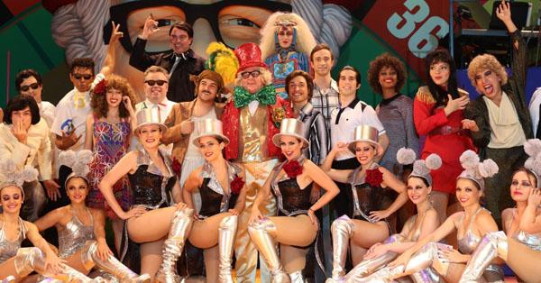 11nov2014---elenco-de-chacrinha-o-musical-durante-passagem-de-cena-no-teatro-joao-caetano-no-rio-de-janeiro-1415744941045_956x500