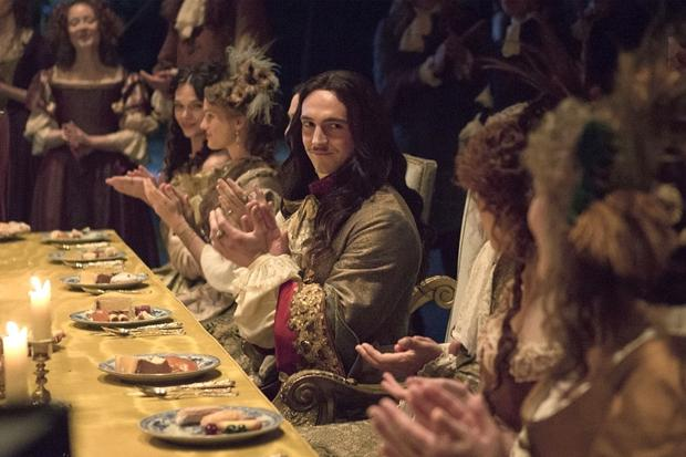 George Blagden como Luis XIV em cena de 'Versailles'