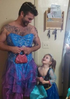 """Para encorajar sobrinha, homem vai de princesa a exibição de """"Cinderela"""""""