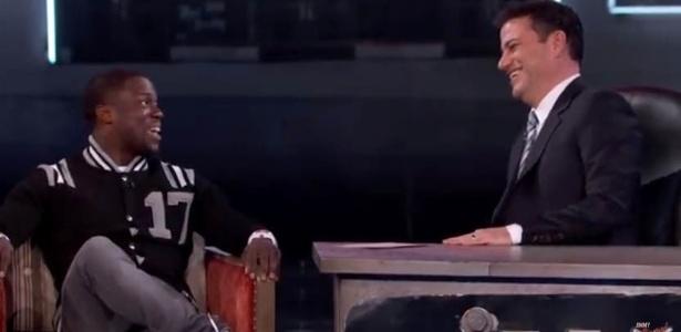 Justin Bieber força riso e segura choro ao ser alvo de piadas em programa