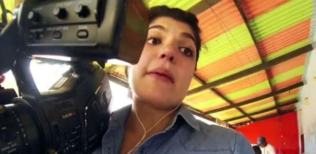 Repórter da Globo se assusta com jararaca em enchente no Acre