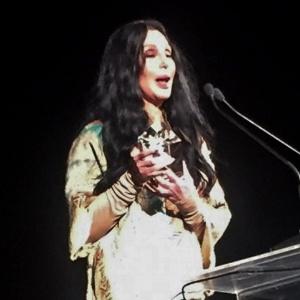 Cher, Kylie Minogue e uma lhama fazem sucesso no baile da amfAR 2015