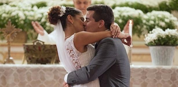 """Em """"Babilônia"""", Diogo se casa com Gabi e Beatriz chora na porta da igreja"""
