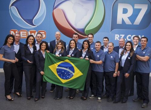 08-07-2015-18-48-12-capa-foto-1.1-foto-oficial-com-bandeira-foto-edu-moraes-bandeira