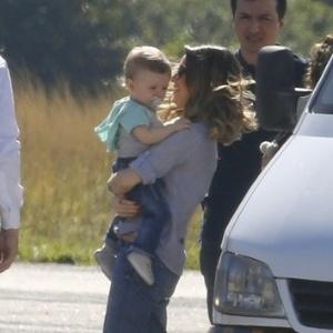 Sandy é fotografada com o filho Theo ao embarcar em jatinho no Rio