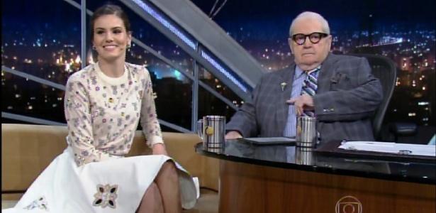 """""""Sou muito fechada. Odeio ficar me expondo"""", diz Camila Queiroz no """"Jô"""""""