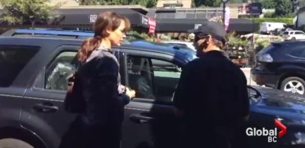 """Estrela do filme """"Flashdance"""" é criticada após deixar cão trancado em carro"""