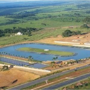 Cantor sertanejo Mateus constrói lago artificial para praticar wakeboard